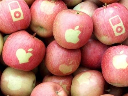 かわいいマークのりんご。